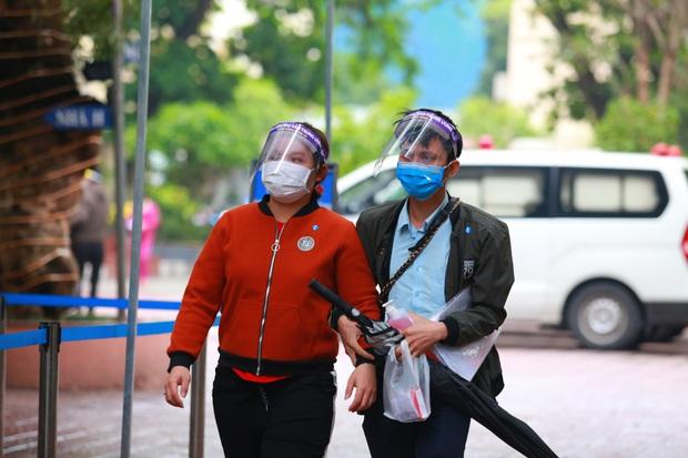 Ảnh: Bệnh viện lập chốt kiểm tra y tế mùa dịch Covid-19, thai phụ đội mũ chống giọt bắn, được chồng đưa đi khám - Ảnh 10.