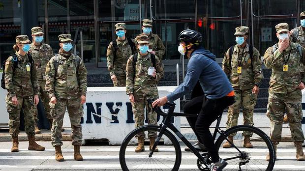 Bên trong New York - tâm dịch Covid-19 lớn nhất nước Mỹ: Thành phố vắng lặng nhưng y bác sĩ và quân đội vẫn tất bật chiến đấu chống dịch bệnh - Ảnh 20.