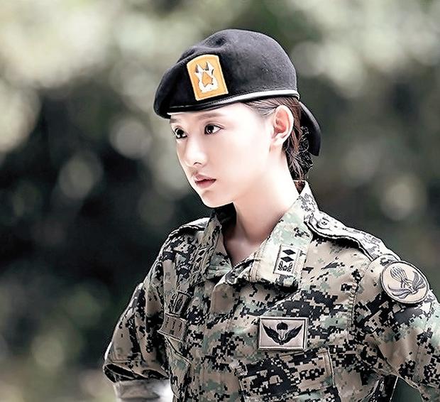 """7 """"chị đại"""" ngành y ngầu nhất phim Hàn: Park Shin Hye tay không quật côn đồ cũng chưa át vía được nữ chính Hospital Playlist - Ảnh 15."""