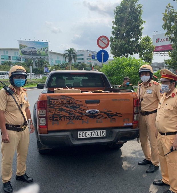 Xe ô tô chở 10.000 khẩu trang y tế không rõ nguồn gốc xuất xứ ở sân bay Tân Sơn Nhất - Ảnh 1.