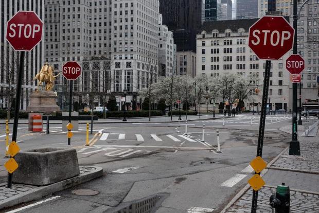 New York trải qua thời khắc tang thương nhất trong dịch Covid-19, số người tử vong đã vượt qua vụ khủng bố đẫm máu ngày 11/9 - Ảnh 8.