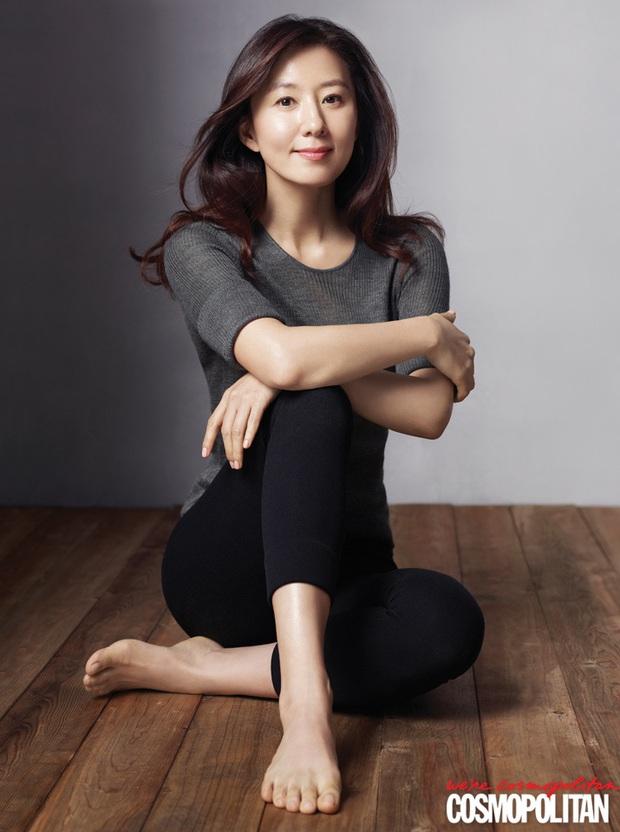 Đã 53 tuổi nhưng chị đại bị cắm sừng Kim Hee Ae trong Thế Giới Hôn Nhân vẫn khiến dân tình phải lác mắt với body đẹp miễn chê - Ảnh 4.