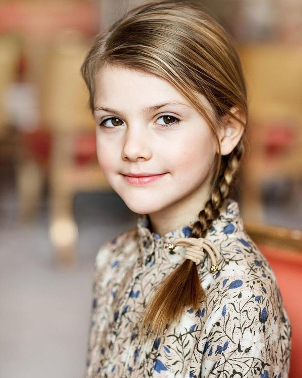 Công chúa Estelle của Thụy Điển: Nữ hoàng tương lai mới 8 tuổi đã xinh đẹp xuất chúng, đốn tim dân tình với style đáng yêu siêu cấp - Ảnh 2.