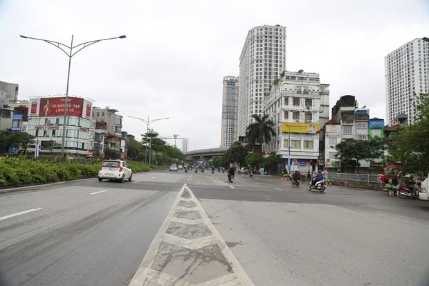 Tròn 1 tuần thực hiện giãn cách xã hội, đường phố Hà Nội bất ngờ đông đúc trở lại: Lạc quan thái quá thành chủ quan? - Ảnh 1.