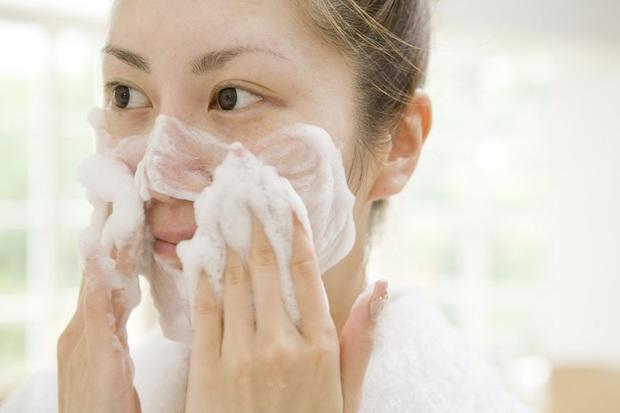 2 tuần ở nhà không có sản phẩm trị mụn, khi đó nước muối sinh lý và 3 bước làm sạch có thể chữa lành mọi hư tổn trên da - Ảnh 2.