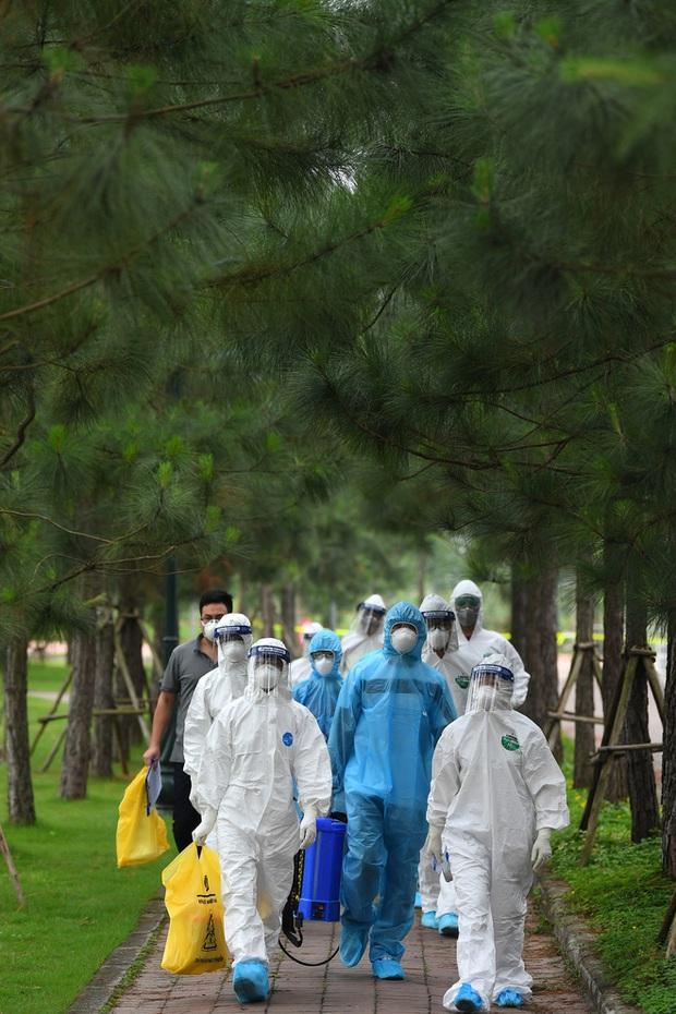 Phóng sự ảnh: Thợ săn Covid và cuộc sống đằng sau của những lá chắn sống ngăn SARS-CoV-2 ở Hà Nội - Ảnh 1.