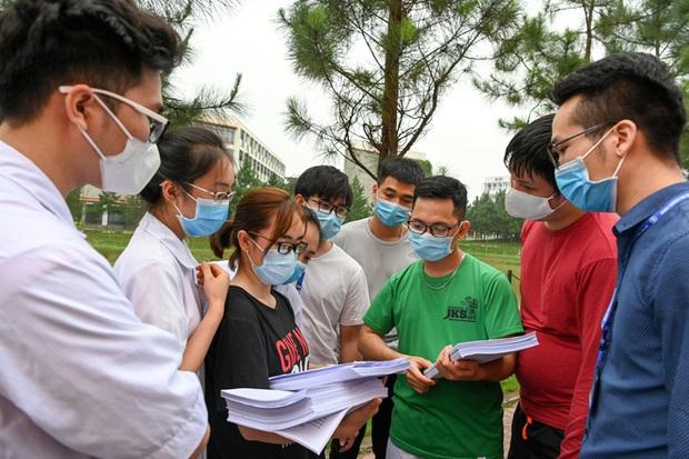 Phóng sự ảnh: Thợ săn Covid và cuộc sống đằng sau của những lá chắn sống ngăn SARS-CoV-2 ở Hà Nội - Ảnh 2.