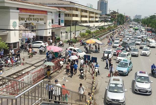 Đề nghị 4 hãng xe công nghệ truy thông tin tài xế từng đến Bạch Mai - Ảnh 1.