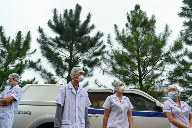 Phóng sự ảnh: Thợ săn Covid và cuộc sống đằng sau của những lá chắn sống ngăn SARS-CoV-2 ở Hà Nội - Ảnh 15.