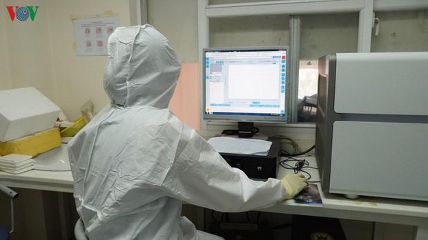 Ảnh: Bên trong khu xét nghiệm virus SARS-CoV-2 ở Viện Pasteur TP.HCM - Ảnh 17.