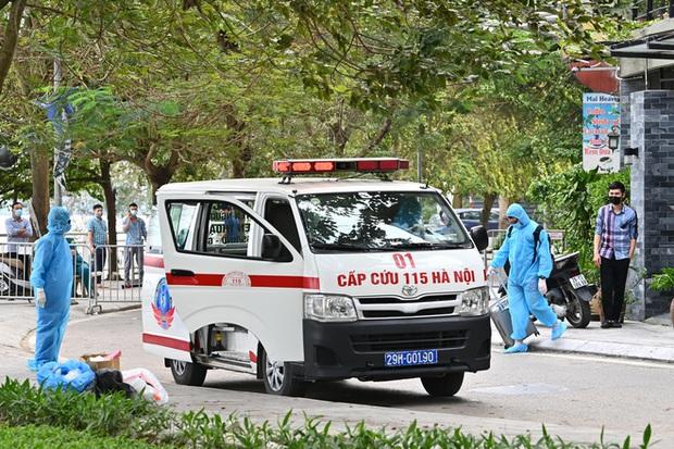 Phóng sự ảnh: Thợ săn Covid và cuộc sống đằng sau của những lá chắn sống ngăn SARS-CoV-2 ở Hà Nội - Ảnh 18.
