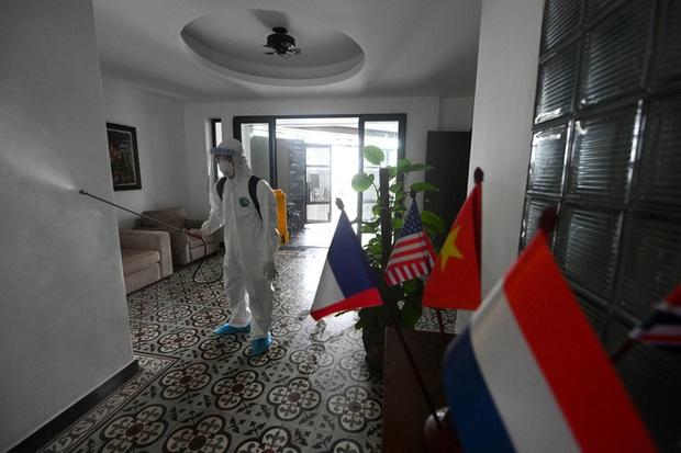 Phóng sự ảnh: Thợ săn Covid và cuộc sống đằng sau của những lá chắn sống ngăn SARS-CoV-2 ở Hà Nội - Ảnh 19.