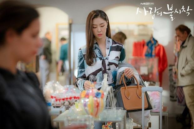 """""""Chị đại bị cắm sừng"""" đụng độ tiểu thư Bắc Hàn: Áo blouse 30 triệu, cả hai đều đẹp nhưng set đồ của Kim Hee Ae thú vị hơn hẳn - Ảnh 3."""