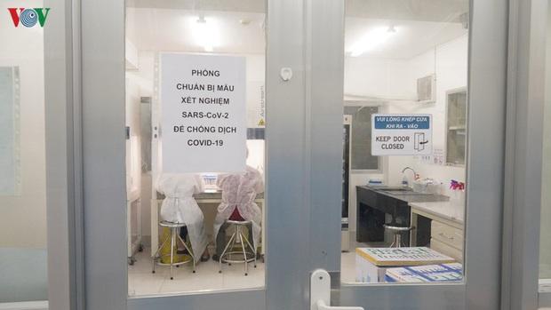 Ảnh: Bên trong khu xét nghiệm virus SARS-CoV-2 ở Viện Pasteur TP.HCM - Ảnh 3.