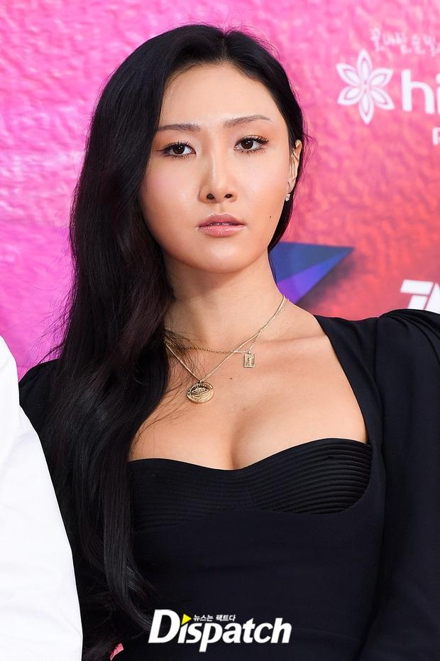 Nữ thần nhan sắc của Black Pink đụng hàng biểu tượng sexy của Mamamoo: Một bộ đầm đen mà 2 thái cực trái ngược hoàn toàn - Ảnh 2.