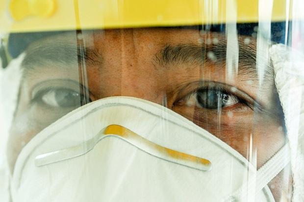 Phóng sự ảnh: Thợ săn Covid và cuộc sống đằng sau của những lá chắn sống ngăn SARS-CoV-2 ở Hà Nội - Ảnh 21.