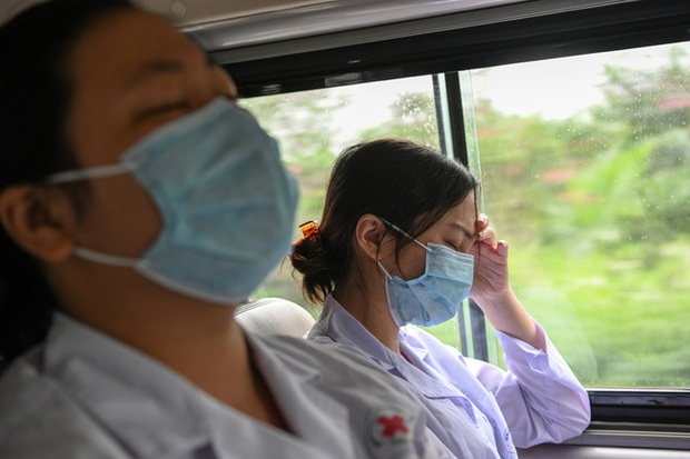 Phóng sự ảnh: Thợ săn Covid và cuộc sống đằng sau của những lá chắn sống ngăn SARS-CoV-2 ở Hà Nội - Ảnh 25.