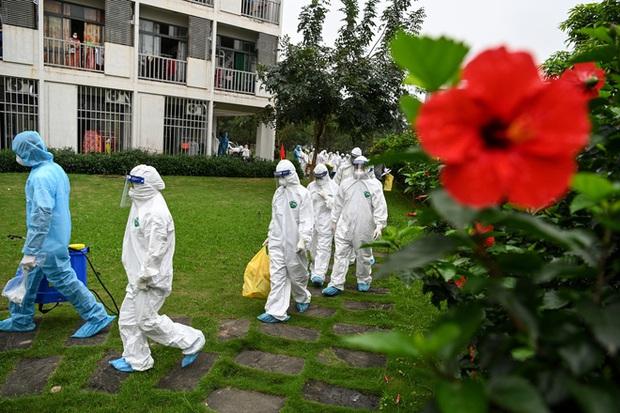 Phóng sự ảnh: Thợ săn Covid và cuộc sống đằng sau của những lá chắn sống ngăn SARS-CoV-2 ở Hà Nội - Ảnh 26.