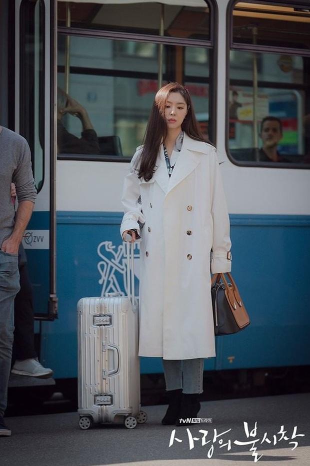 """""""Chị đại bị cắm sừng"""" đụng độ tiểu thư Bắc Hàn: Áo blouse 30 triệu, cả hai đều đẹp nhưng set đồ của Kim Hee Ae thú vị hơn hẳn - Ảnh 4."""
