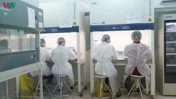 Ảnh: Bên trong khu xét nghiệm virus SARS-CoV-2 ở Viện Pasteur TP.HCM - Ảnh 4.