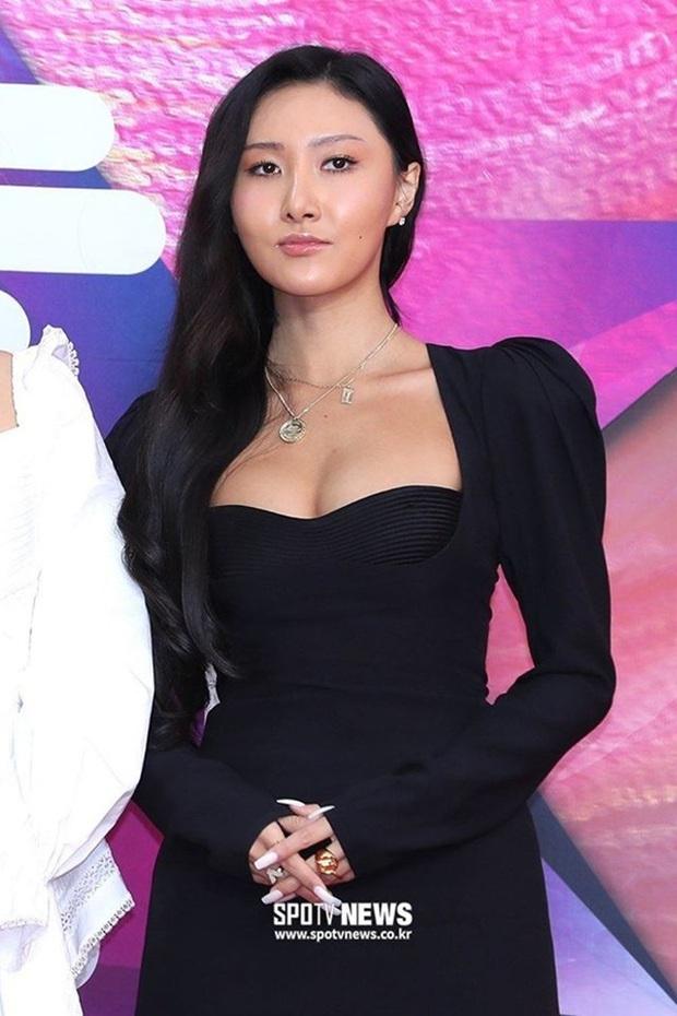 Nữ thần nhan sắc của Black Pink đụng hàng biểu tượng sexy của Mamamoo: Một bộ đầm đen mà 2 thái cực trái ngược hoàn toàn - Ảnh 3.
