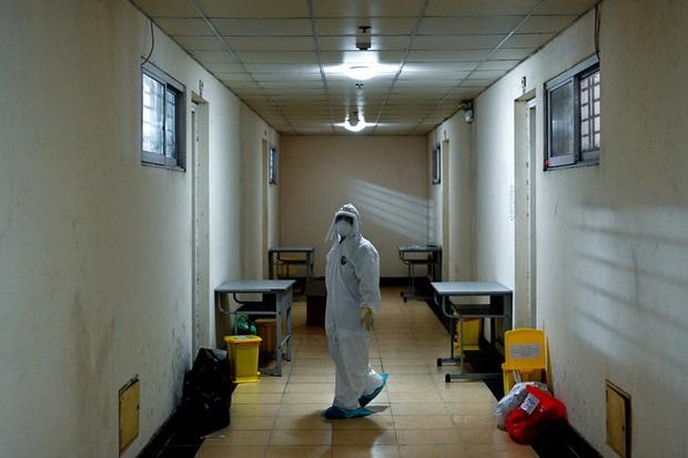 Phóng sự ảnh: Thợ săn Covid và cuộc sống đằng sau của những lá chắn sống ngăn SARS-CoV-2 ở Hà Nội - Ảnh 5.