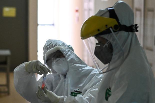 Phóng sự ảnh: Thợ săn Covid và cuộc sống đằng sau của những lá chắn sống ngăn SARS-CoV-2 ở Hà Nội - Ảnh 7.