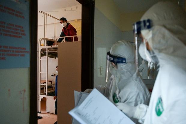 Phóng sự ảnh: Thợ săn Covid và cuộc sống đằng sau của những lá chắn sống ngăn SARS-CoV-2 ở Hà Nội - Ảnh 9.