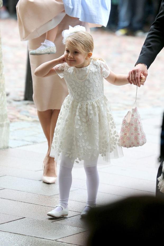 Công chúa Estelle của Thụy Điển: Nữ hoàng tương lai mới 8 tuổi đã xinh đẹp xuất chúng, đốn tim dân tình với style đáng yêu siêu cấp - Ảnh 9.