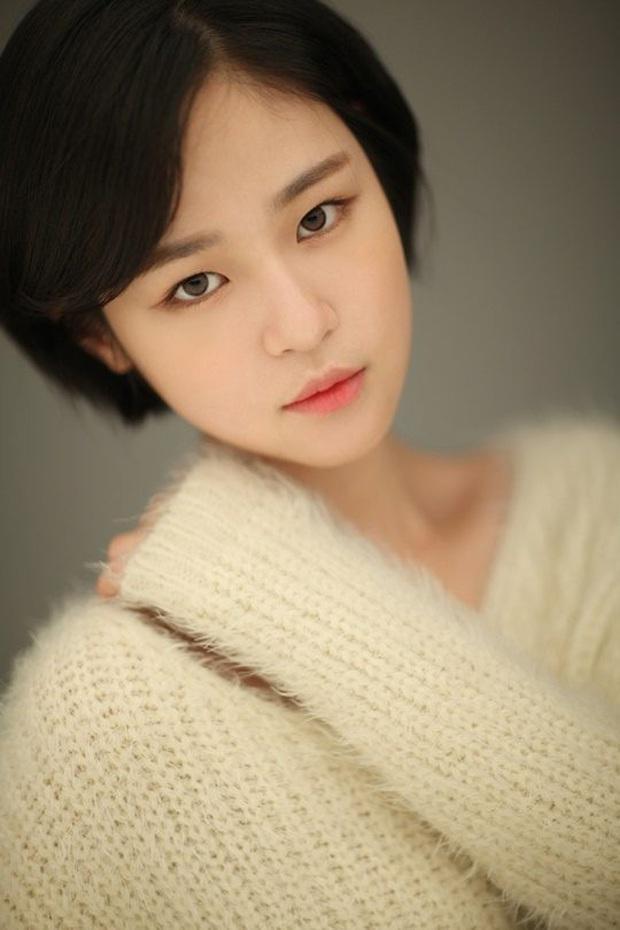 """Đóng chung với Song Joong Ki không ai nhớ, chỉ đến khi cô gái này làm """"cánh tay"""" đắc lực của bà cả Thế Giới Hôn Nhân bỗng nổi ngay! - Ảnh 2."""