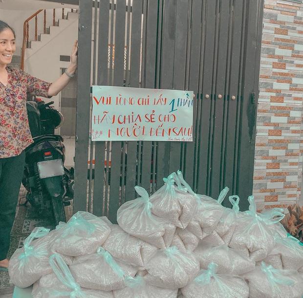 Gái xinh Võ Ngọc Trân tặng 1,3 tấn gạo cho người nghèo: Mình học được cách yêu thương người khác đúng lúc đúng thời điểm - Ảnh 2.