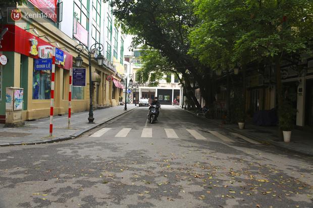Ngắm nhịp sống trầm lặng trên những con phố siêu ngắn ở Hà Nội mùa dịch Covid -19 - Ảnh 3.
