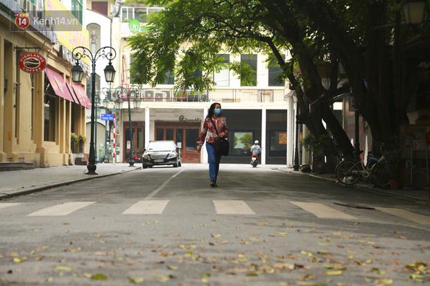 Ngắm nhịp sống trầm lặng trên những con phố siêu ngắn ở Hà Nội mùa dịch Covid -19 - Ảnh 4.
