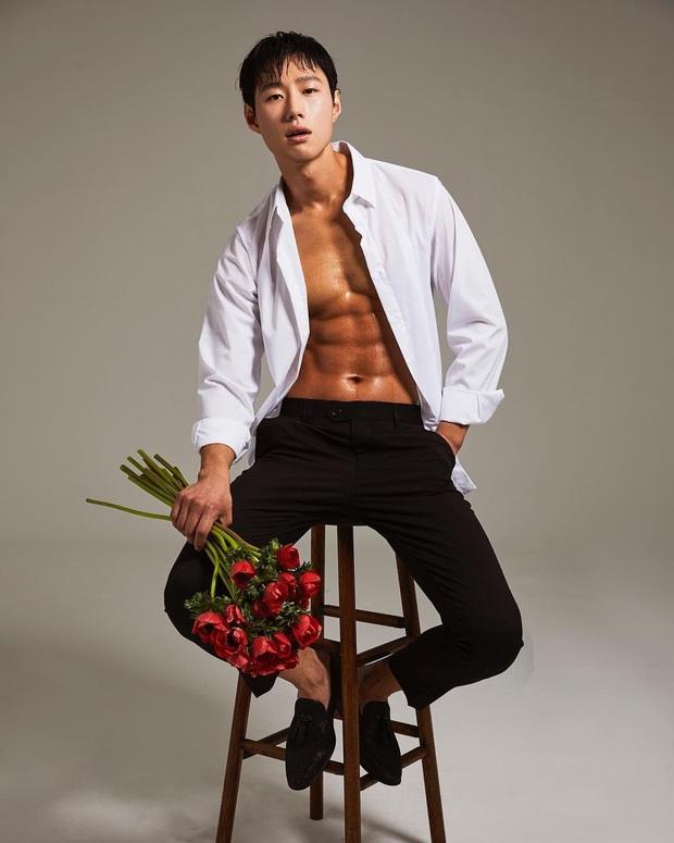 """Hotboy thợ cắm hoa có nhan sắc được BTS khen hết lời: Body đỉnh đến mức """"xịt máu mũi"""", visual tựa diễn viên nhưng lại nhảy đỉnh như idol - Ảnh 4."""