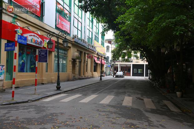 Ngắm nhịp sống trầm lặng trên những con phố siêu ngắn ở Hà Nội mùa dịch Covid -19 - Ảnh 1.