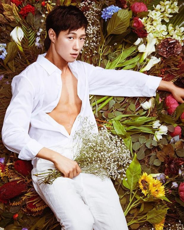 """Hotboy thợ cắm hoa có nhan sắc được BTS khen hết lời: Body đỉnh đến mức """"xịt máu mũi"""", visual tựa diễn viên nhưng lại nhảy đỉnh như idol - Ảnh 1."""