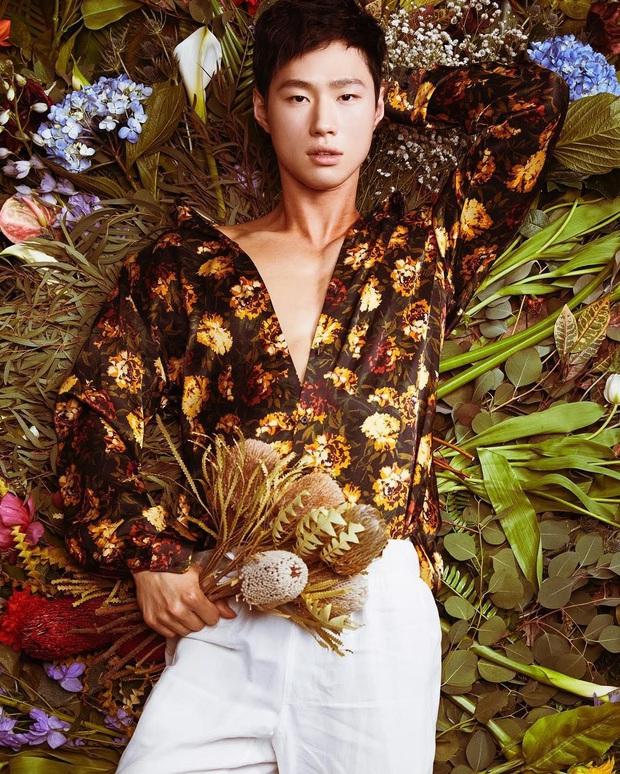 """Hotboy thợ cắm hoa có nhan sắc được BTS khen hết lời: Body đỉnh đến mức """"xịt máu mũi"""", visual tựa diễn viên nhưng lại nhảy đỉnh như idol - Ảnh 2."""