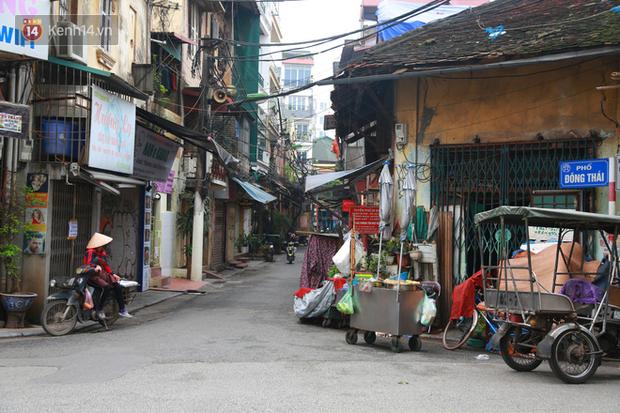 Ngắm nhịp sống trầm lặng trên những con phố siêu ngắn ở Hà Nội mùa dịch Covid -19 - Ảnh 9.