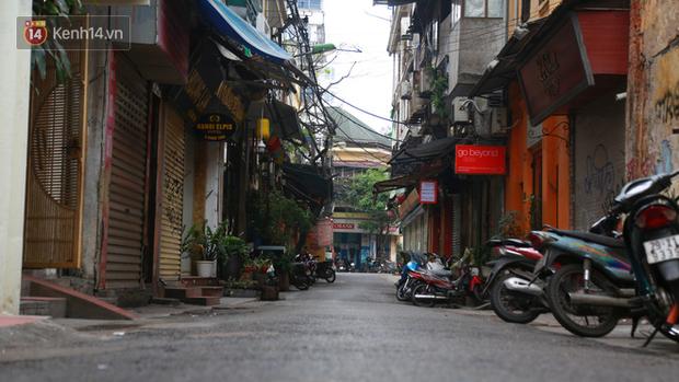 Ngắm nhịp sống trầm lặng trên những con phố siêu ngắn ở Hà Nội mùa dịch Covid -19 - Ảnh 10.