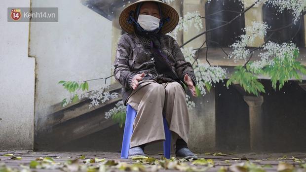 Ngắm nhịp sống trầm lặng trên những con phố siêu ngắn ở Hà Nội mùa dịch Covid -19 - Ảnh 8.