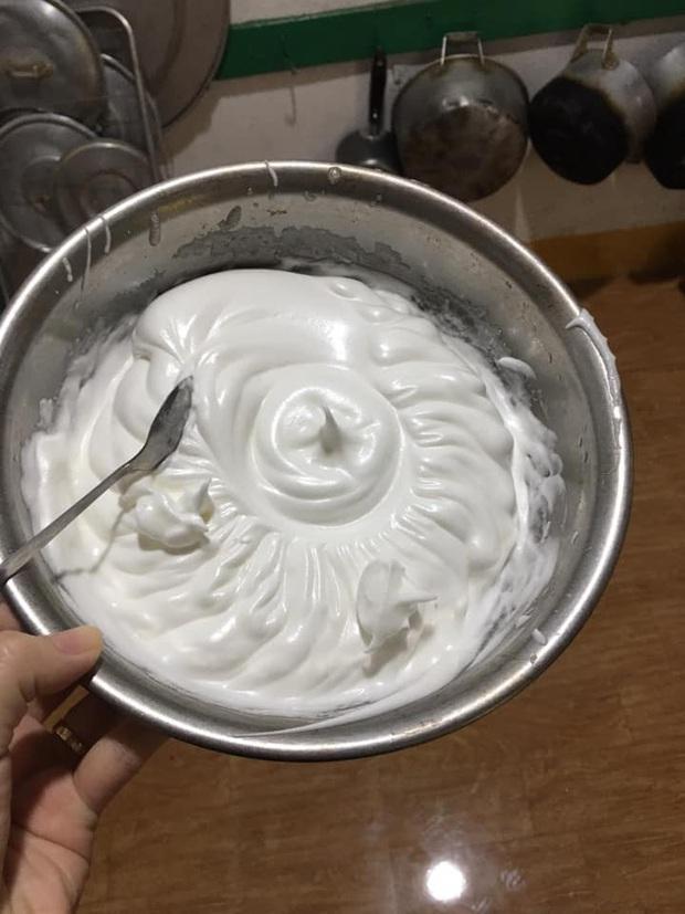 """Muốn tạo bất ngờ cho chồng, cô vợ làm bánh bông lan bằng nồi cơm điện nhân kỷ niệm ngày cưới và cái kết """"xúc động"""" không nói nên lời - Ảnh 1."""