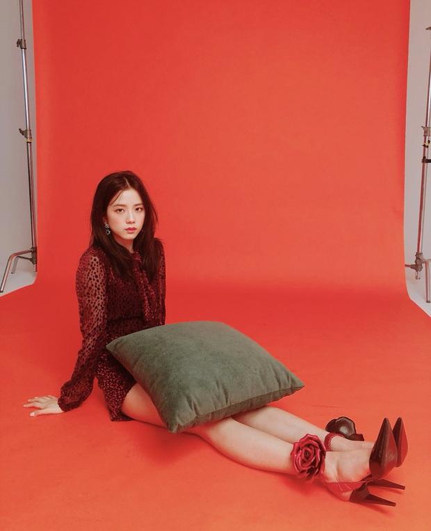 """Tưởng Jennie cẩn thận sợ lộ hàng số 1, ai ngờ Irene còn """"bá đạo"""" hơn khi quấn khăn như... váy chống nắng - Ảnh 6."""