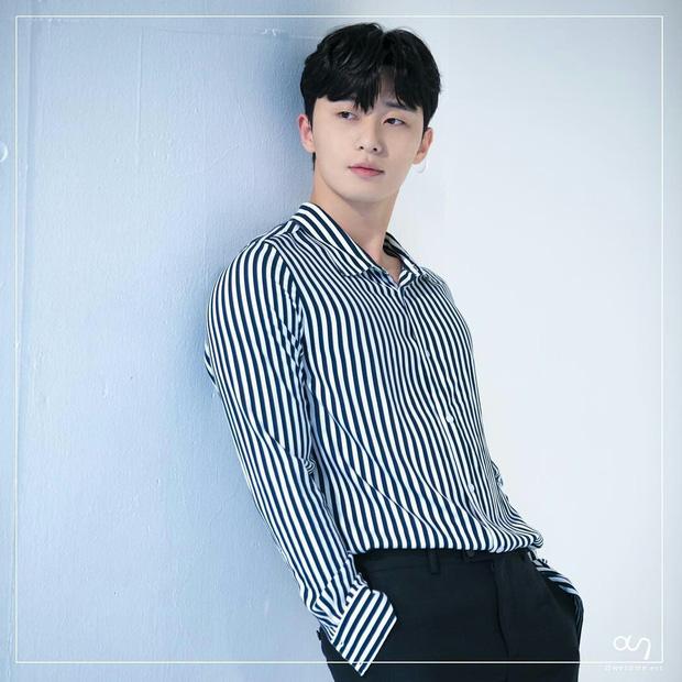 Diện đồ y hệt, sao trông ông chủ Danbam Park Seo Joon khác quá sau 2 năm: Đúng là cái răng cái tóc là góc con người! - Ảnh 3.
