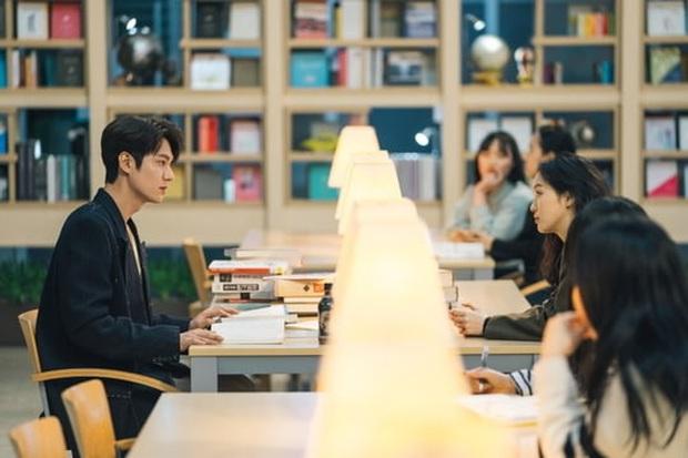 Quân Vương Bất Diệt hé lộ cảnh hoàng đế Lee Min Ho và Kim Go Eun lén lút hẹn hò nơi thư viện - Ảnh 1.