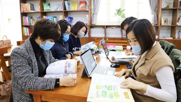 Lớp 1 học trực tuyến mùa dịch, phụ huynh than trời vì không hiệu quả - Ảnh 2.