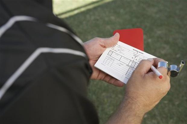 Trọng tài bỏ mạng vì rút thẻ đỏ đuổi cầu thủ khỏi sân: Câu chuyện kinh hoàng không chỉ xảy ra lần 1, lần 2 - Ảnh 1.