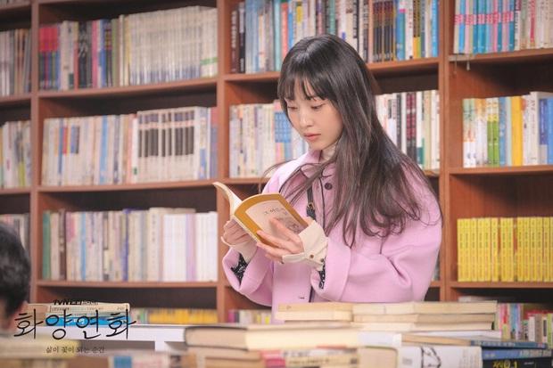 Chị đẹp Lee Bo Young cắm sừng chồng để ăn nem với tình đầu ở trailer When My Love Blooms? - Ảnh 4.