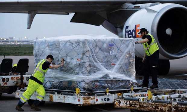 Mỹ gửi nguyên liệu tiếp tục sản xuất thiết bị bảo hộ y tế ở Việt Nam - Ảnh 1.