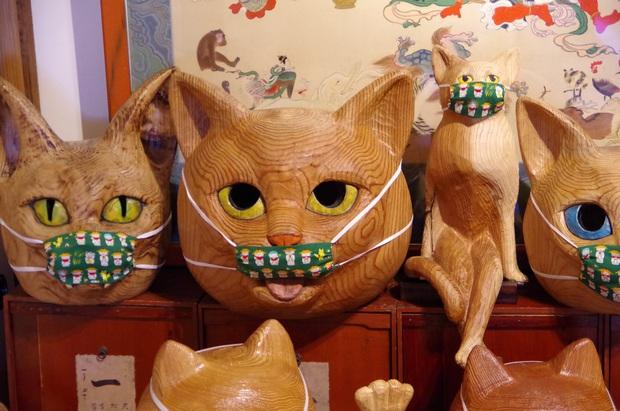 Ngôi đền đặc biệt ở Nhật Bản được mệnh danh là Đền Mèo, trụ trì tự tay làm khẩu trang cho hàng trăm chú mèo gỗ từ tã lót trẻ em - Ảnh 3.
