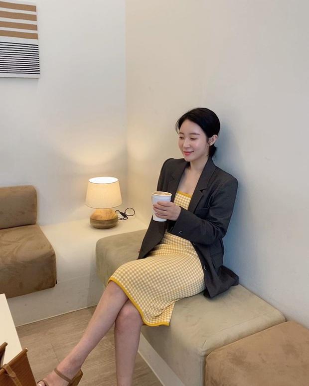 Cùng một kiểu váy hack tuổi: Song Hye Kyo thì được khen, Mỹ Tâm lại bị chê hơi sến - Ảnh 4.